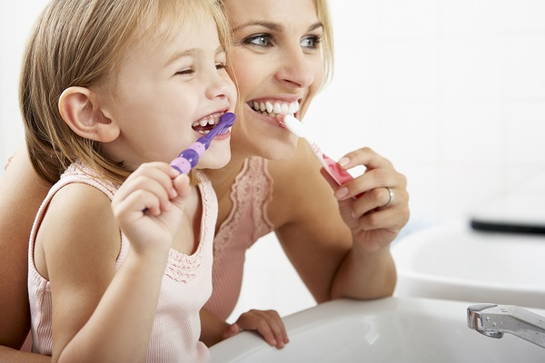 mother-daughter-brusing-teeth